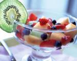 фруктовый салат лакомство для детей, подойдут любые фрукты